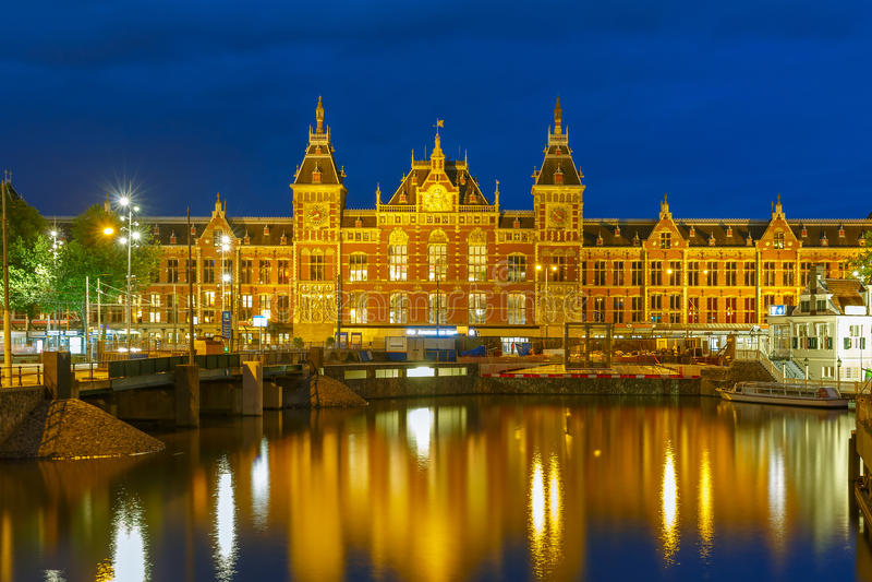 Nocy Amsterdam kanał i Centraal stacja fotografia royalty free