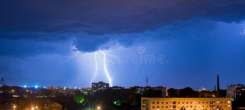 Nocy burza nad budynkami fotografia stock