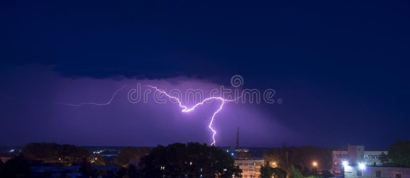 Nocy burza nad budynkami fotografia royalty free