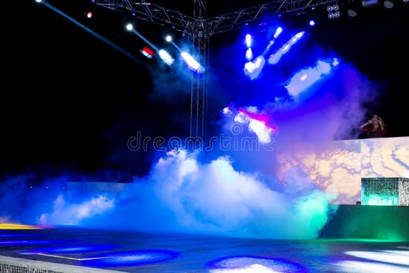 Nocy discotheque klub z kolorowymi światłami, dymem i dyskotek piłkami, obrazy stock