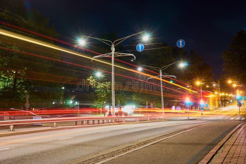 Nocy droga w mieście z lekkimi śladami ruch drogowy zdjęcie stock