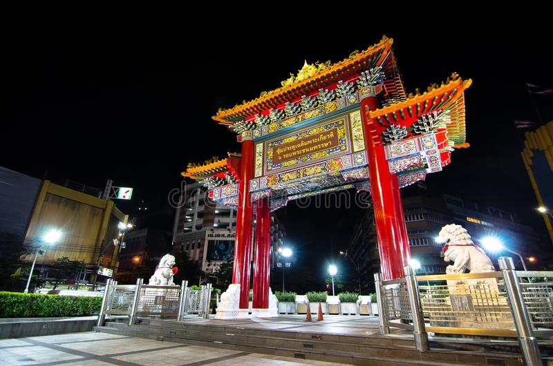 Nocy fotografia Porcelanowa brama dzwonił ` Odean ` przy Yaowarat drogą jako punkt zwrotny Bangkok ` s Chinatown obrazy royalty free