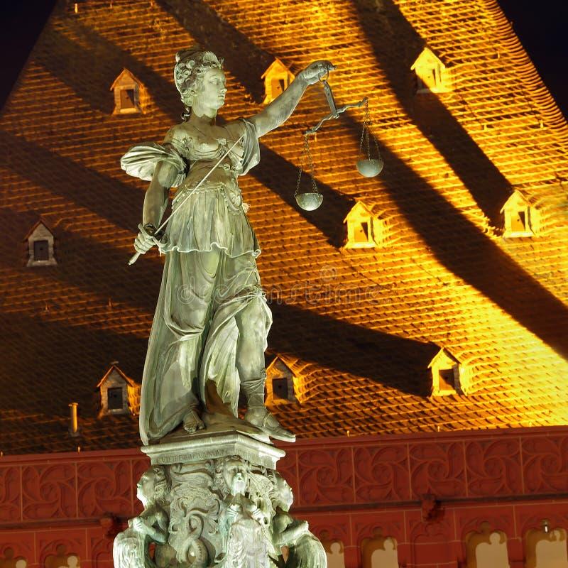 Nocy fotografia statua damy sprawiedliwość, znać jako Romańska bogini sprawiedliwość obrazy stock