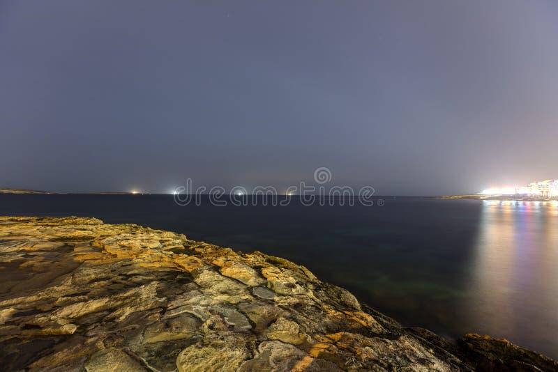 Nocy HDR ujawnienia długa fotografia brzeg Malta, świętego Pauls zatoka z statkami na horyzoncie zdjęcie stock
