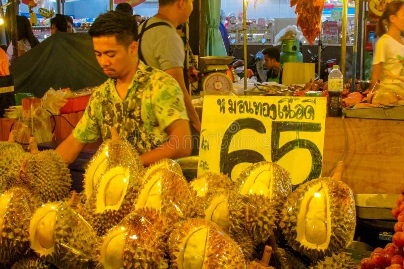 Nocy jedzenia rynek w Tajlandia, tradycyjny azjata rynku bubla durian fotografia royalty free