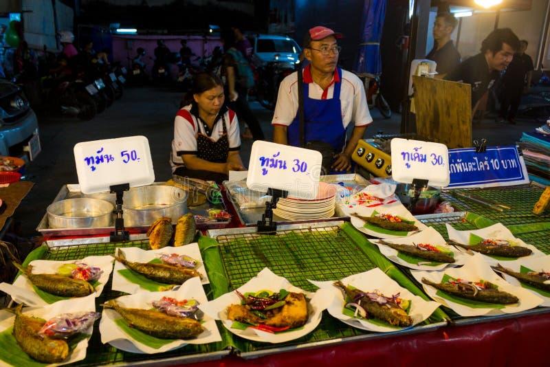 Nocy jedzenia rynek w Tajlandia, tradycyjny azjata rynku bubla owoce morza zdjęcie stock