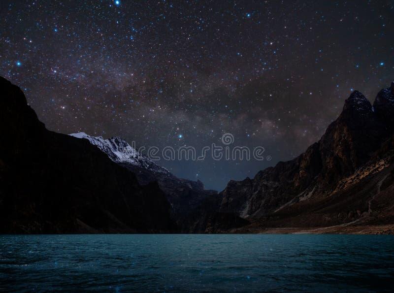 Nocy krajobrazu, sylwetki góra pełno z wodą na jeziorze, i niebo gwiazda z milky sposobem zdjęcia royalty free