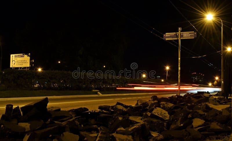Nocy księżyc rozmowy gwiazd nieba autobusowej przerwy lasowych drzew ludzie ściszają calmness zdjęcia stock