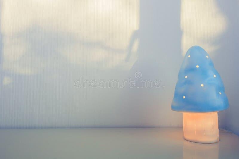 Nocy lampa dla dziecka w postaci pieczarki zdjęcia royalty free