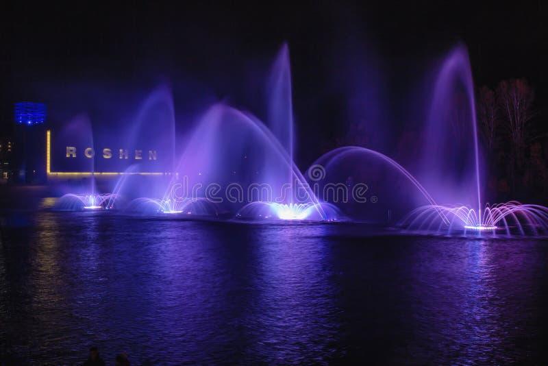 Nocy laserowy przedstawienie na muzykalnej fontannie Roshen w Vinnitsa, Ukraina obraz stock