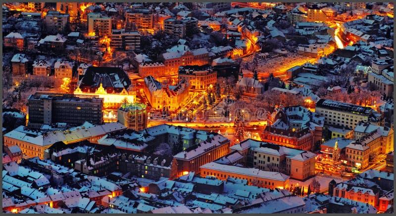 Nocy lawowa sceneria średniowieczny miasto Brasov, Transylvania w Rumunia z rada kwadratem, Czarnym kościół i cytadela widokiem o zdjęcia stock
