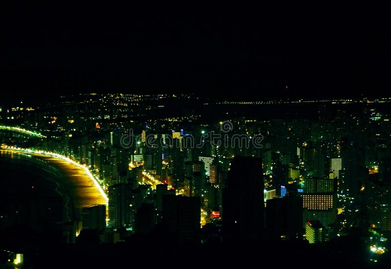 Nocy linia horyzontu Benidorm, linia horyzontu/de Benidorm De Noche obraz stock