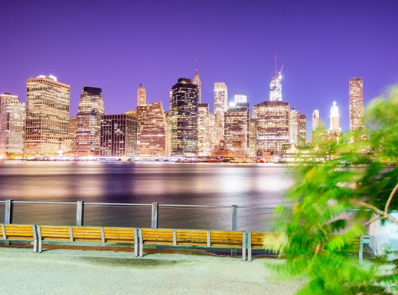 Nocy linii horyzontu panoramiczny widok W centrum Manhattan zdjęcie royalty free