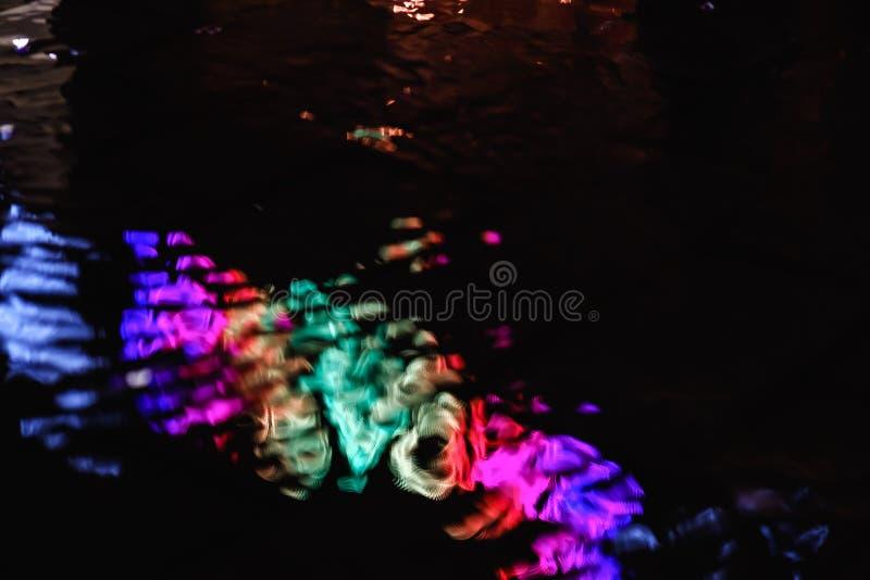 Nocy miasta światła kałuży asfalt, deszcz zdjęcie royalty free