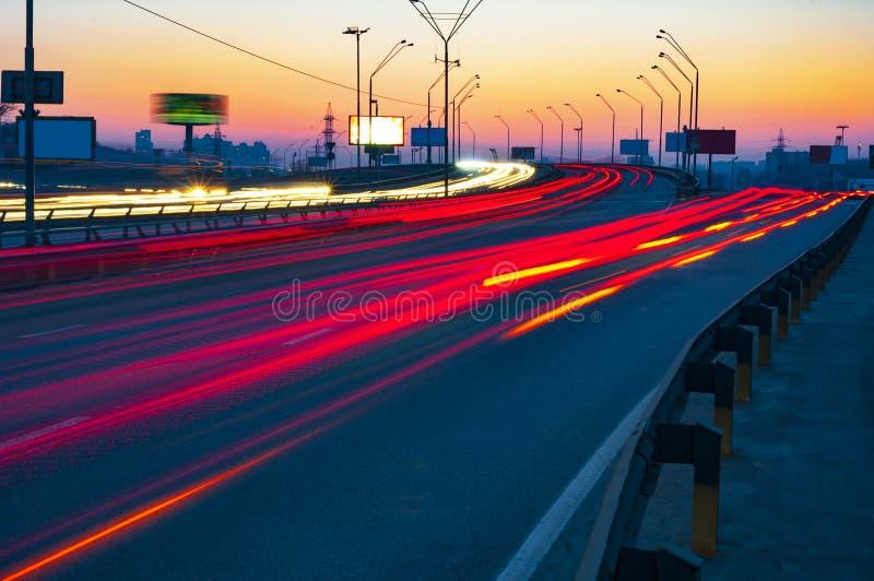 Nocy miasta ruch drogowy zdjęcia stock