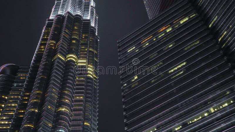 Nocy miasta ?wiat?a Piękny widok oszałamiająco Petronas Basztowy wyłaniać się majestatyczny nad KLCC okręgiem zdjęcie royalty free