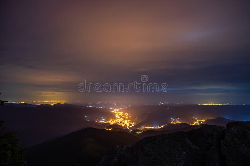 Nocy miasteczko wśród gór obraz stock