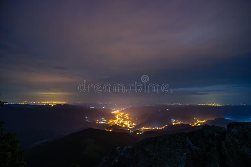 Nocy miasteczko wśród gór fotografia stock