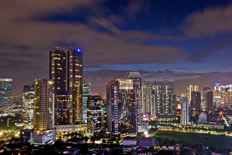 Download Nocy miasto obraz stock. Obraz złożonej z światła, nowożytny - 28950003