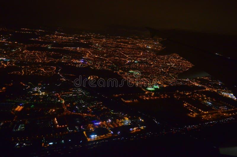 Nocy miasto od samolotu w locie przy nocą zdjęcie stock