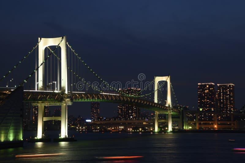 Nocy miasto przy morzem fotografia stock