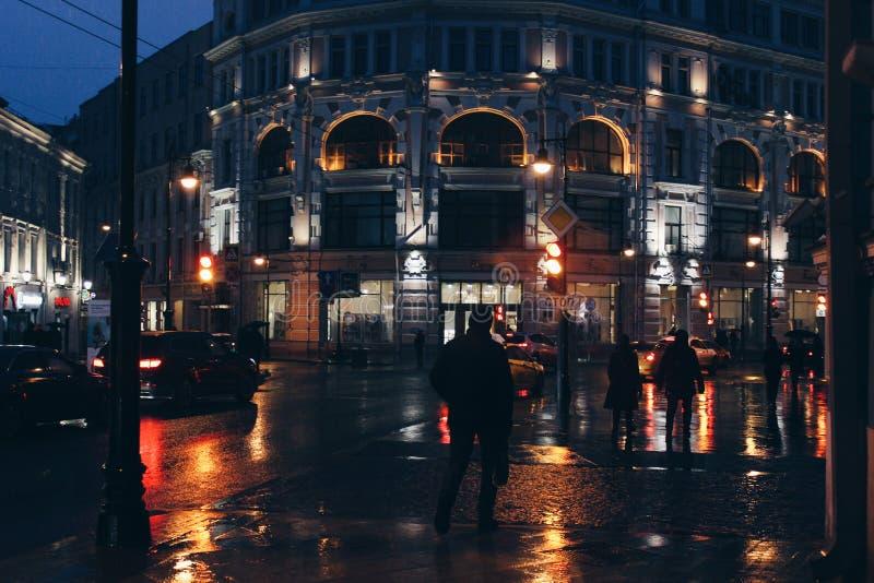 Nocy miasto w światłach iluminacja reflektory samochody i światła fotografia royalty free