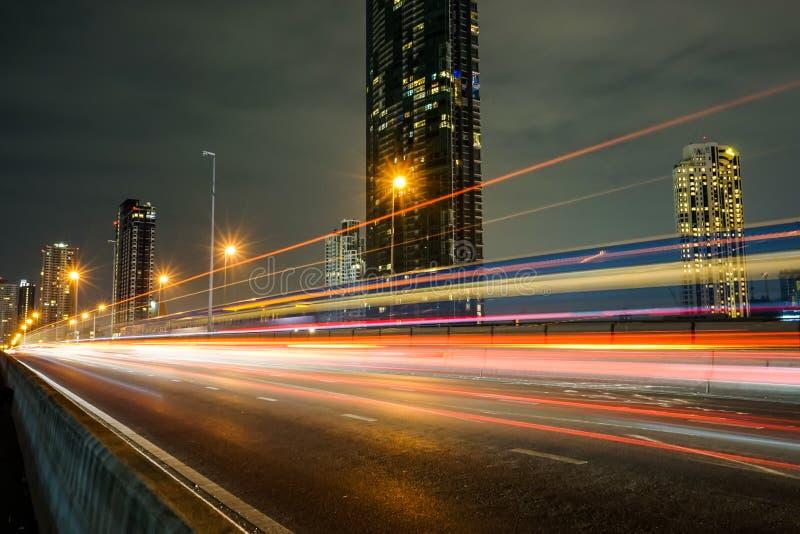 Nocy miasto z prędkość lekkim promieniem od samochodu, pojazd na drodze obraz stock