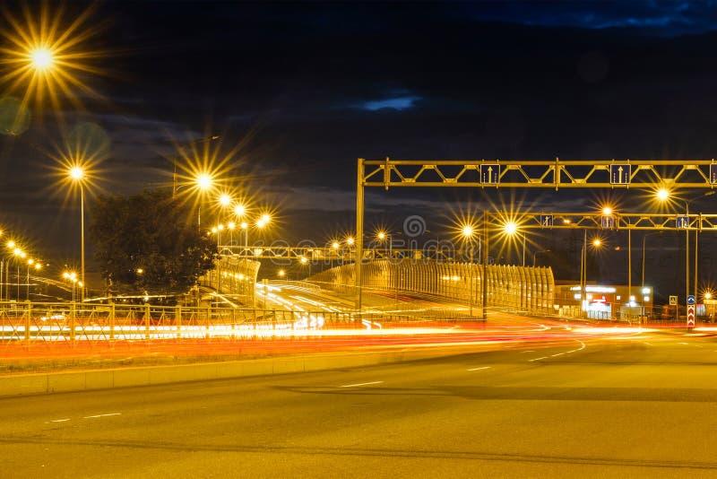 Nocy mknąca droga Przy nocą miasto zaświeca up Zaświecać autostrada zdjęcia royalty free