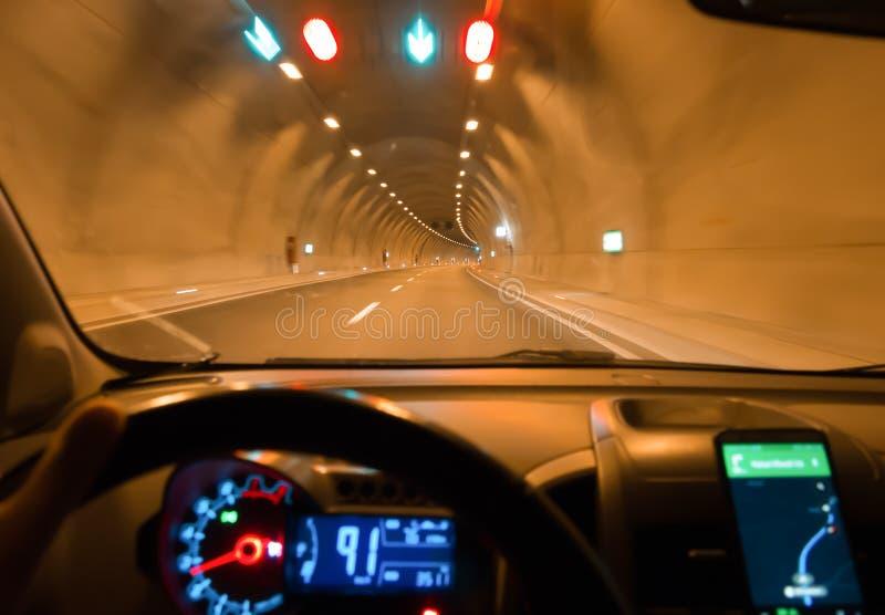 Nocy nawigacja na telefonie w tunelu i obrazy royalty free