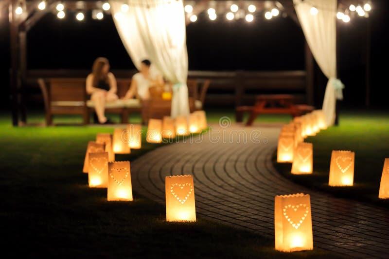 Nocy oświetleniowa ścieżka dla spacerów w ogródzie z latarniowym summerh obraz stock