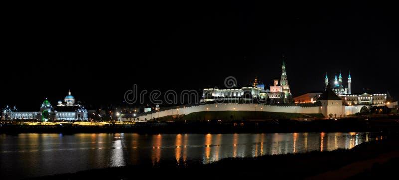 Nocy panorama Kazan Kremlin i Kazanka rzeka od Lenin tamy bulwar fotografia royalty free
