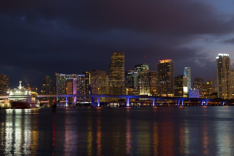 Nocy panorama Miami miasta śródmieście z odbiciami zdjęcie stock