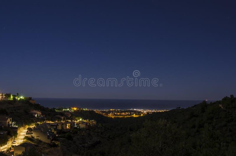 Nocy panorama nad zaciszności turystyczny miasteczko na mediteranean brzeg obraz royalty free