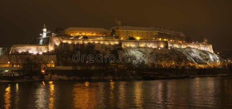 Nocy panorama Petrovaradin forteca w Novi Sad zdjęcie stock