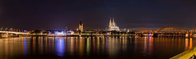 Nocy panorama rzeczna katedra w Kolonia i Rhine zdjęcie royalty free