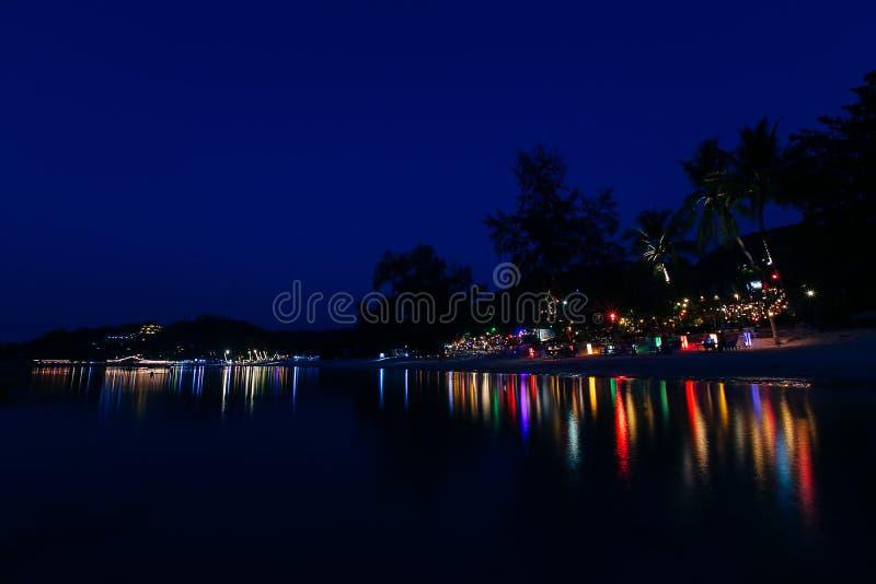 Nocy plaża w światłach zdjęcia stock
