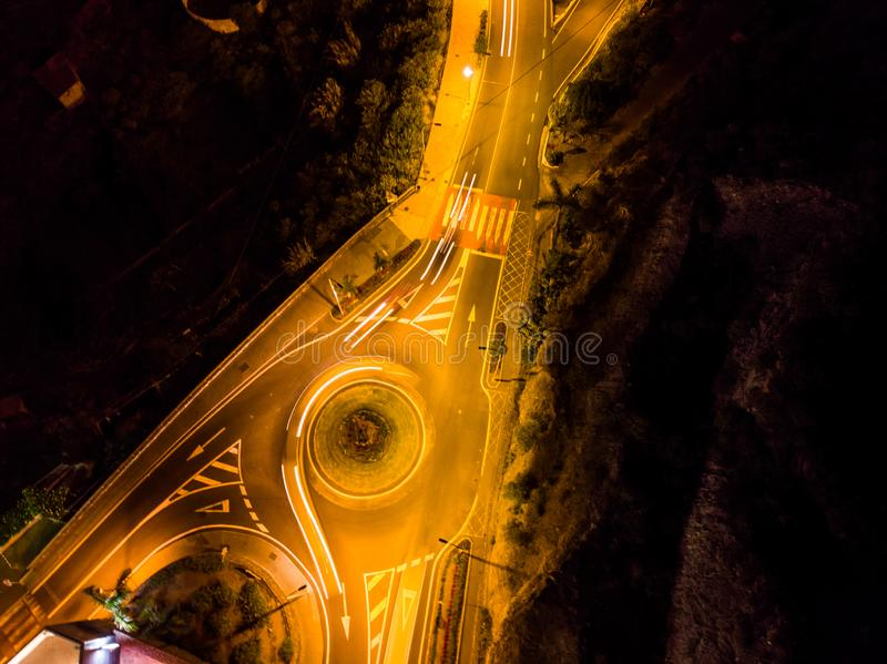 Nocy Pomarańczowi światła rondo w drodze miasteczko Tenerife obrazy stock