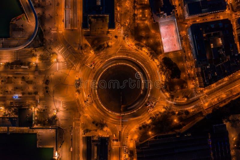 Nocy powietrzna fotografia rondo obok portowego vellof Barcelona i droga z samochodowym ruchem drogowym Widoku z lotu ptaka trutn zdjęcia stock