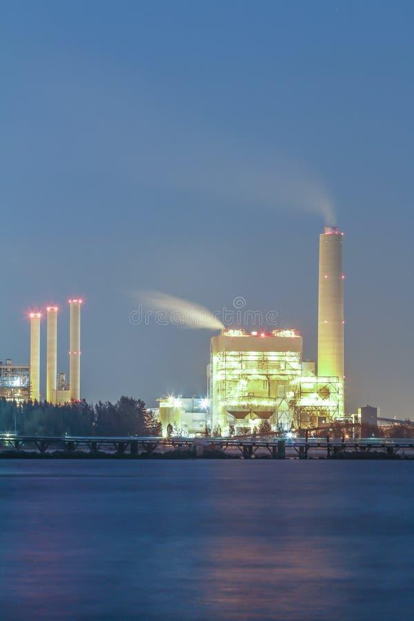 Nocy scena elektrownia z zatoką obrazy stock