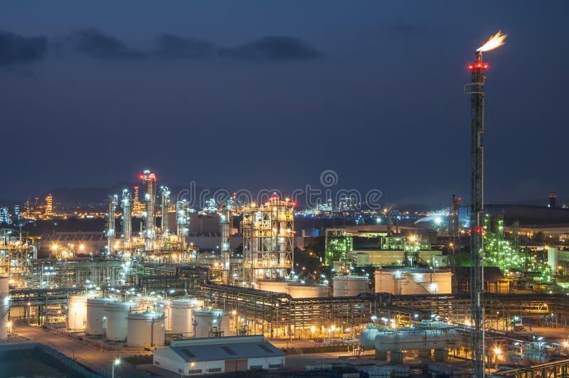 Nocy scena fabryka chemikaliów zdjęcia royalty free