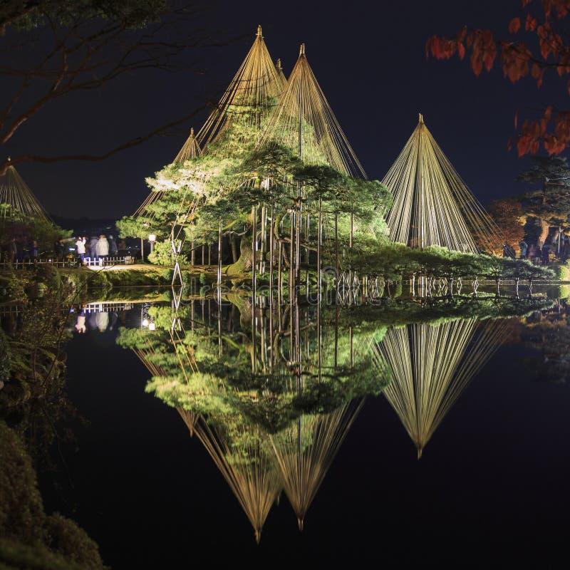 Nocy scena, iluminacja w Kenroku en ogródzie w Kanazawa Japonia obraz stock