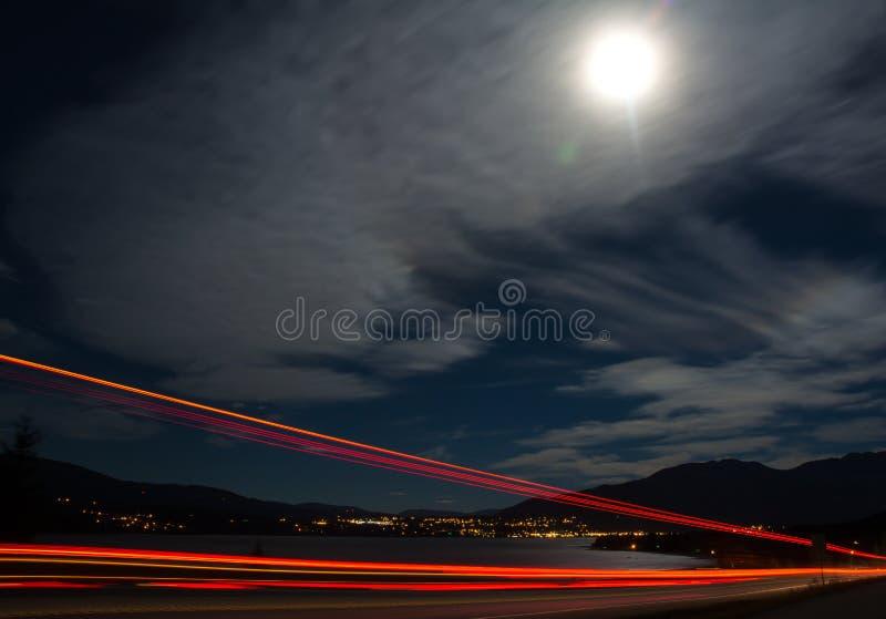 Nocy scena jeziorny miasto zdjęcie stock