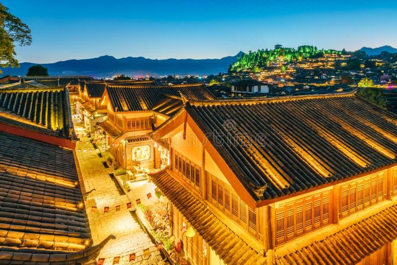 Nocy scena lew góra w Dayan Antycznym mieście, Lijiang, Yunnan prowincja, Chiny zdjęcie royalty free
