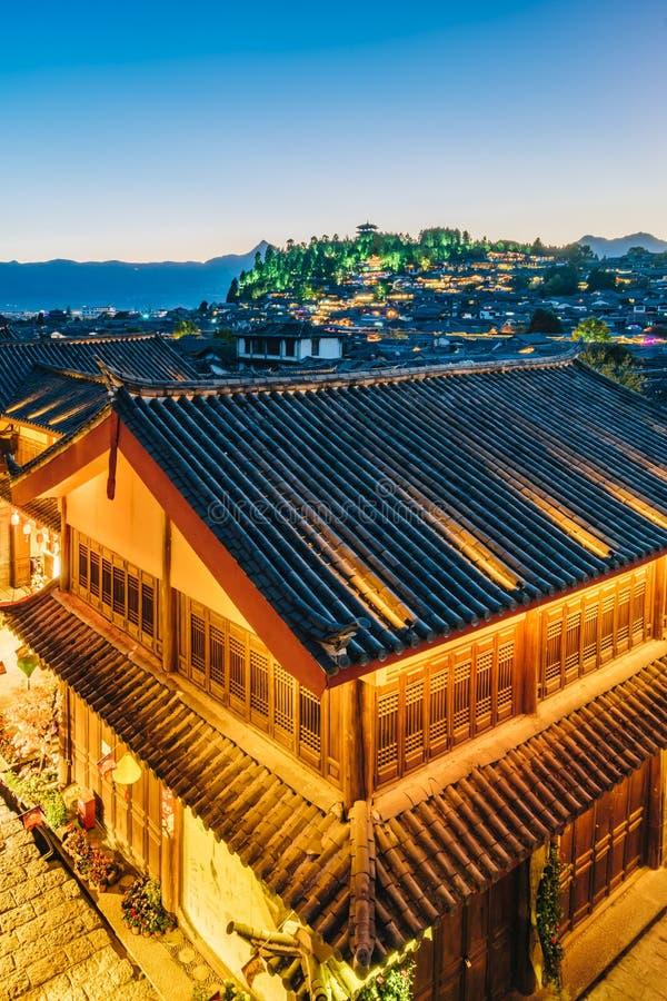 Nocy scena lew góra w Dayan Antycznym mieście, Lijiang, Yunnan prowincja, Chiny fotografia stock