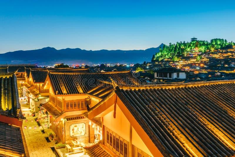 Nocy scena lew góra w Dayan Antycznym mieście, Lijiang, Yunnan prowincja, Chiny obraz stock
