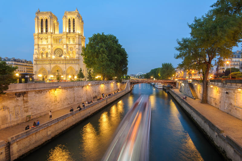 Nocy scena notre dame de paris katedra fotografia stock