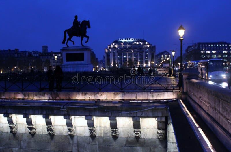 Nocy scena przy pont-neuf Paryż Francja, Listopad -, 2013 - fotografia royalty free