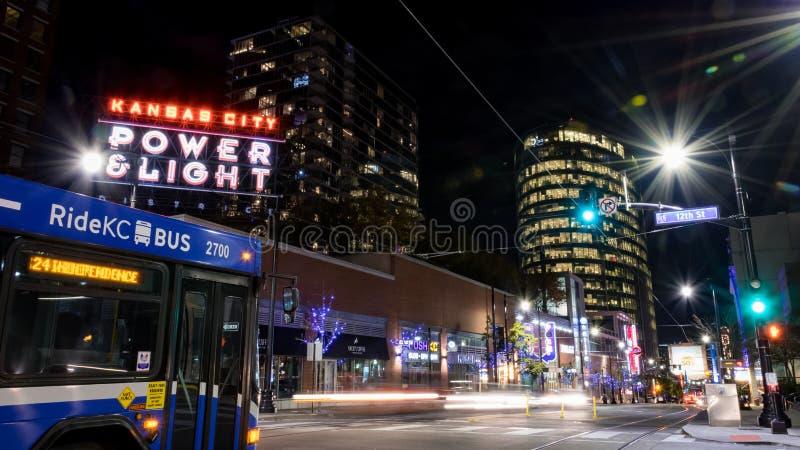 Nocy scena przy władzy i światła okręgiem w Kansas City Missouri zdjęcie stock