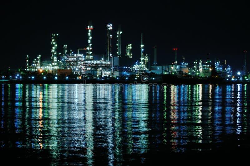 Nocy scena rafineria ropy naftowej zdjęcia stock