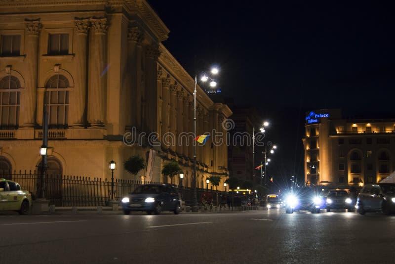 Nocy scena samochodu jeżdżenie obok w terenie pośrodku zdjęcia royalty free